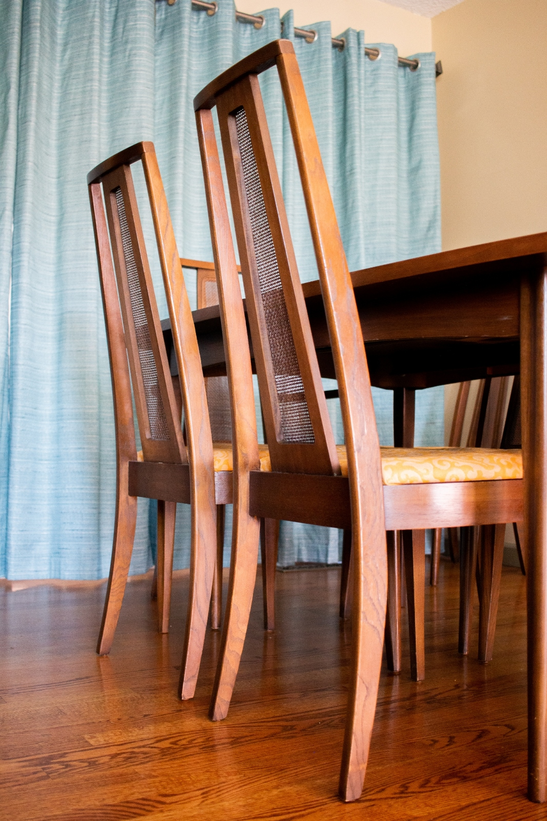 Broyhill Emphasis Series Mid Century Dining Table and Chairs_1